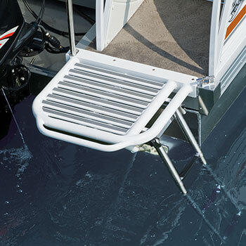 Optional single rear swim platform with ladder